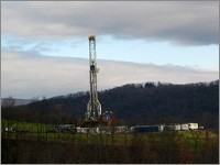 Marcellus Shale gas drilling tower in Lycoming County, Pennsylvania, USA, photo courtesy of Ruhrfisch/Wikimedia Commons
