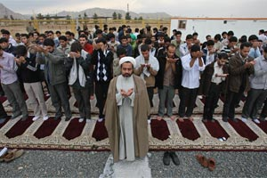 Iranian students pray in front of the Isfahan Uranium Conversion Facility.