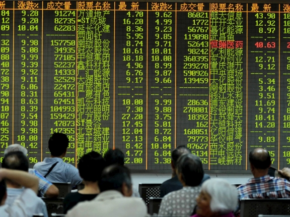 Investors watch stock information at a brokerage house in Hangzhou, Zhejiang province, August 25, 2015, photo by Stringer/Reuters