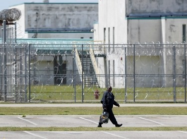 A guard leaves the Lee Correctional Institution in Bishopville, South Carolina, April 16, 2018, photo by Randall Hill/Reuters