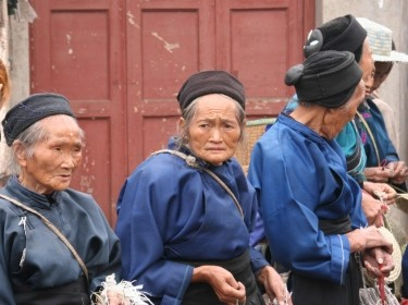 Naxi women waiting