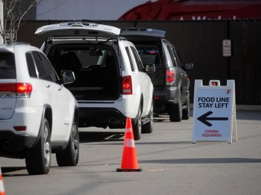 Cars line up during a food drive in East Rutherford, New Jersey, November 24, 2020, photo by Brendan McDermid/Reuters