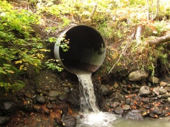 Culvert with a drop, with flowing water, photo by Sickter6/CC BY-SA 3.0